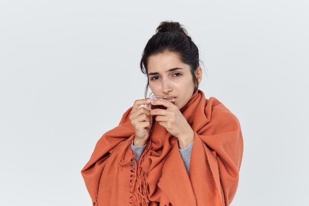 Femme avec des problèmes de santé froids tasse de thé dans le traitement des mains