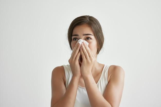 Femme avec des problèmes de santé de grippe de nez qui coule. photo de haute qualité