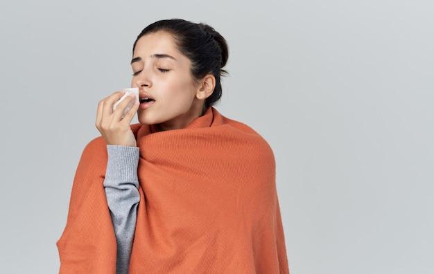 Femme avec des problèmes de santé de serviette allergie au plaid orange. photo de haute qualité