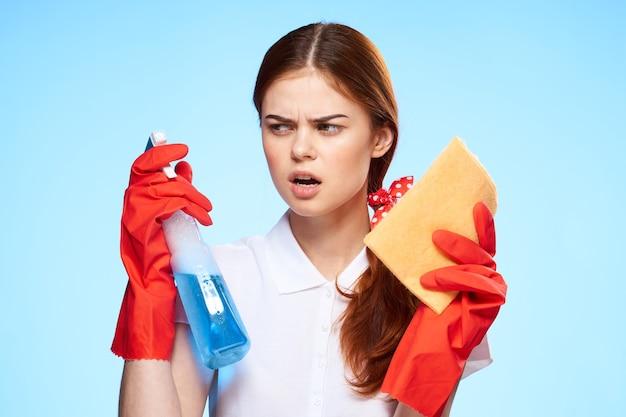Femme avec des produits de nettoyage dans les mains de la prestation de services professionnels bleu