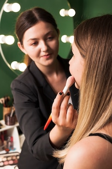 Femme professionnelle maquillant