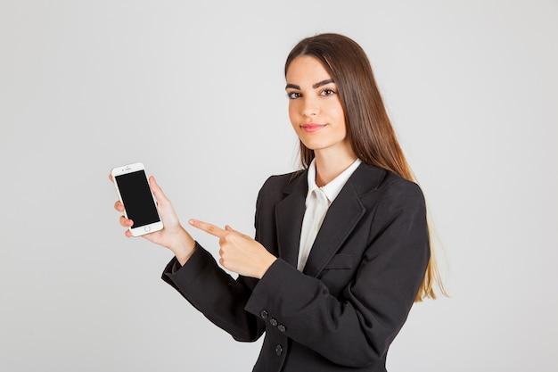 Femme professionnelle qui pointe son téléphone intelligent