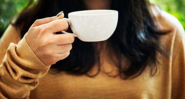 Femme profitant du café le week-end