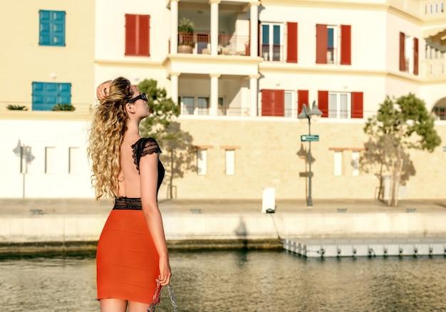Femme profitant de l'été à limassol, chypre