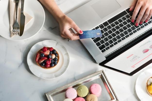 Femme profiter des achats en ligne