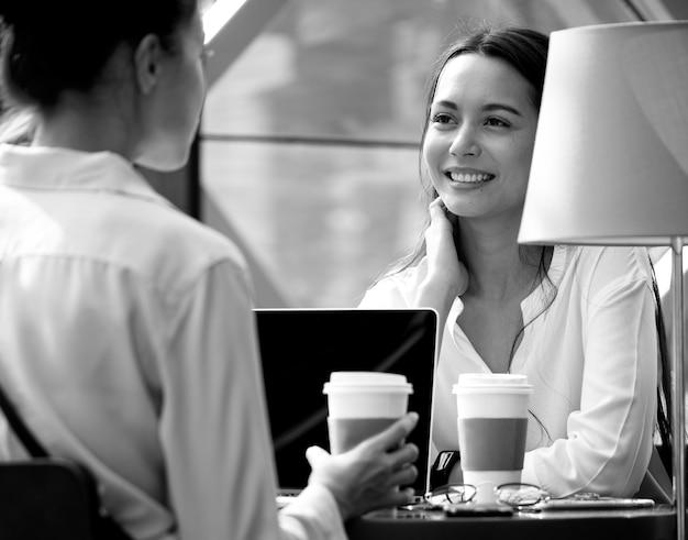 Femme profiter de café du matin