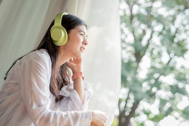 Femme profiter du temps libre et écouter de la musique