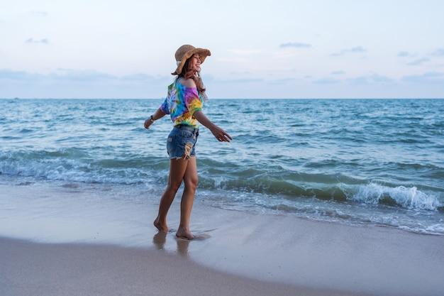 Femme profiter sur la plage de la mer