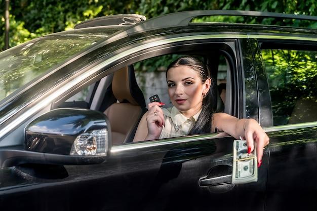 Femme, projection, clés, depuis, voiture, et, dollar, tas