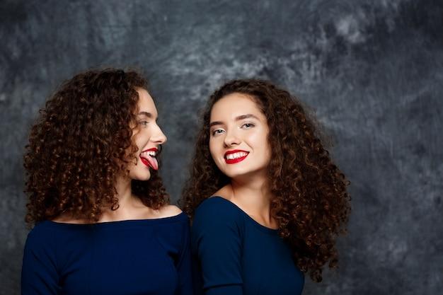 Femme, projection, langue, elle, soeur, jumeau, sourire, sur, gris