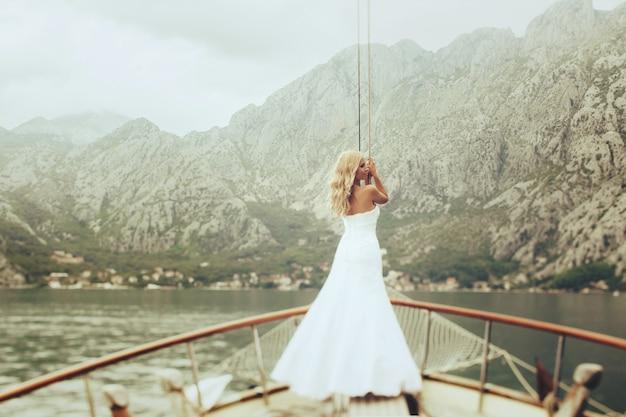 Femme promenade insolite blonds montenegro