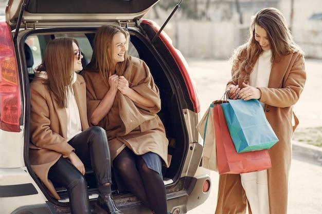 Femme, promenades, dehors, achats, sacs