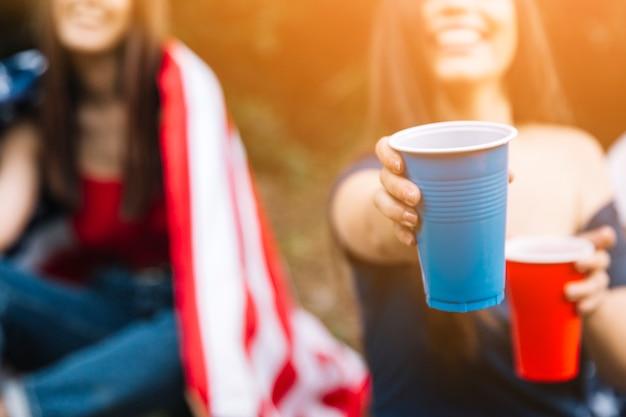 Femme proposant des boissons