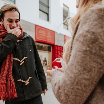 Femme proposant d'étonner l'homme dans la rue