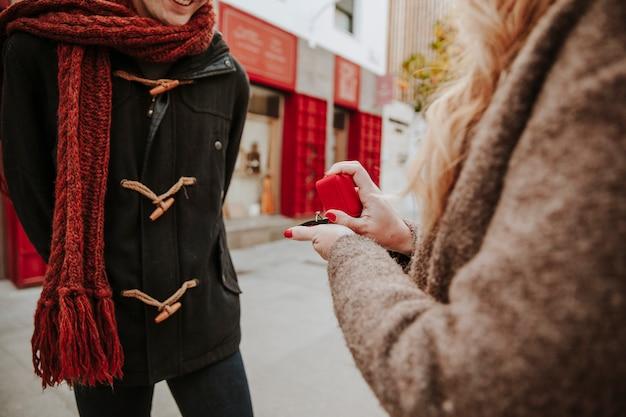 Femme proposant d'homme sur la rue de la ville