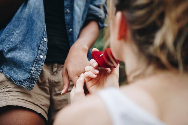 Femme proposant à sa copine heureuse amour extérieur et concept de mariage