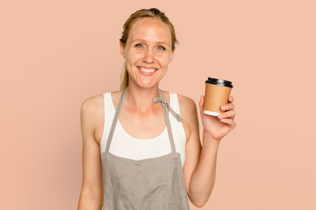 Femme de propriétaire d'entreprise tenant une tasse de café