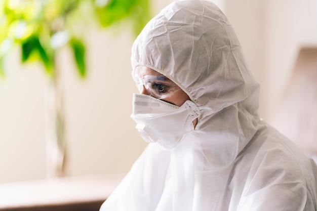 Une femme avec une protection contre une pandémie ou un virus portant un masque et des lunettes