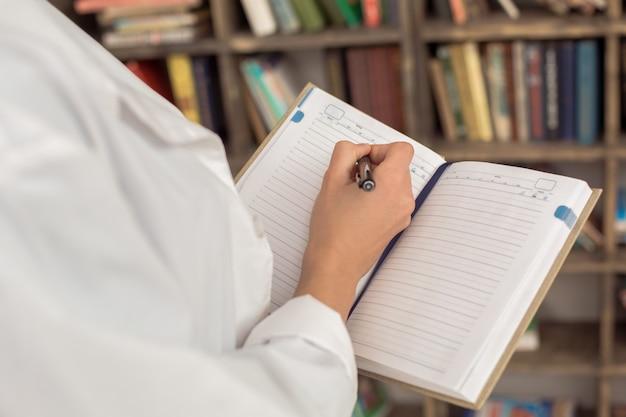 Femme psychologue spécialiste médecin professionnel au bureau