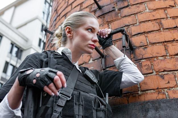 Femme puissante tenant un pistolet