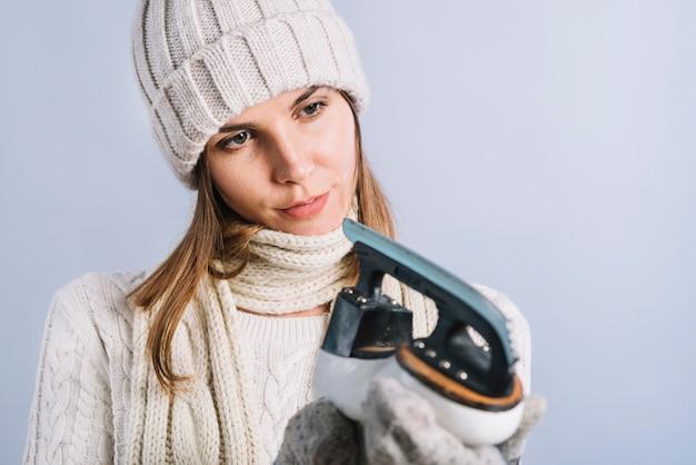 Femme, pull, regarder, skate