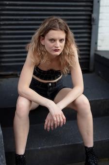 Femme punk caucasienne en milieu urbain