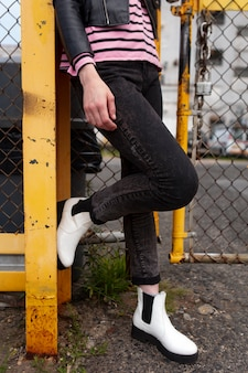 Femme punk en milieu urbain