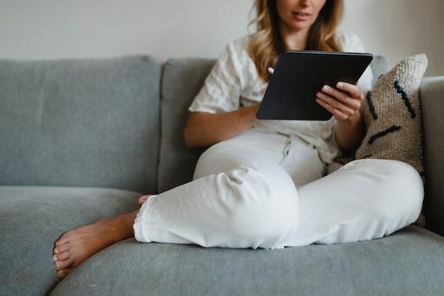 Femme en pyjama travaillant à la maison pendant l'épidémie de coronavirus