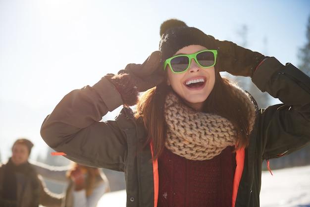 Femme qui aime vraiment l'hiver