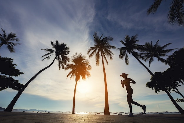 Une femme qui court à la plage