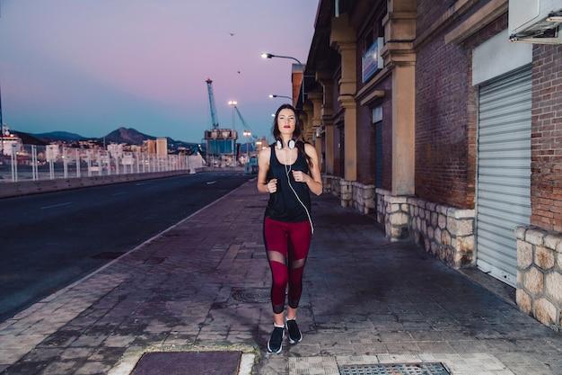 Femme qui court vers la caméra