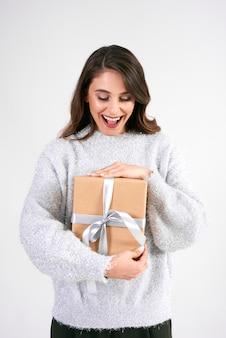Femme qui crie avec un cadeau