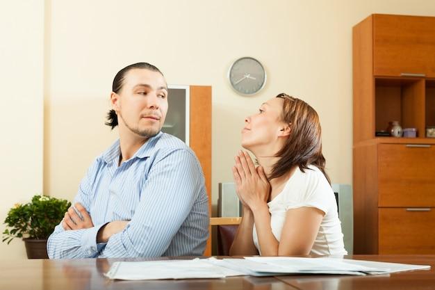 Femme qui demande de l'argent au mari
