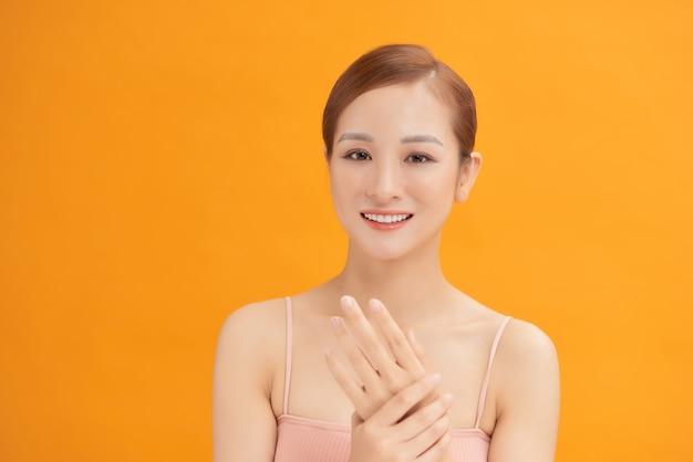 La femme qui fait un massage des mains