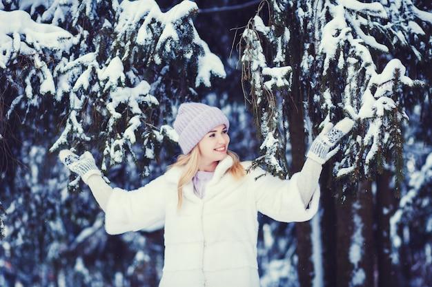 Femme qui marche dans un parc et souriant