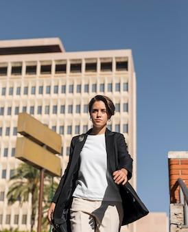 Femme qui marche dans la ville