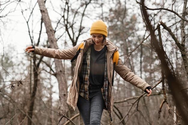 Femme qui marche à l'extérieur dans la forêt