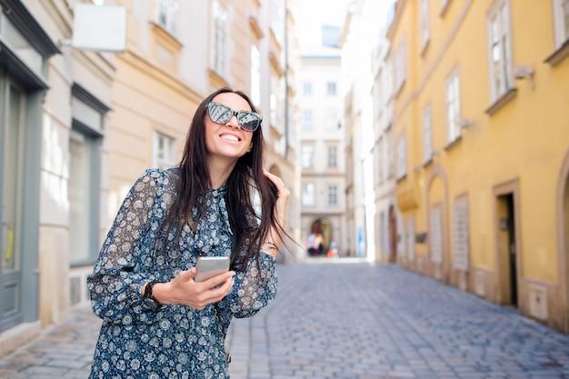 Femme qui marche en ville. jeune touriste attrayant en plein air dans une ville européenne