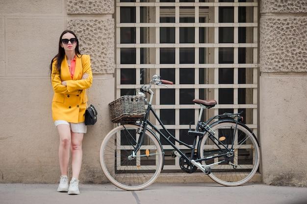 Femme qui marche en ville. jeune touriste attrayant en plein air dans la ville italienne