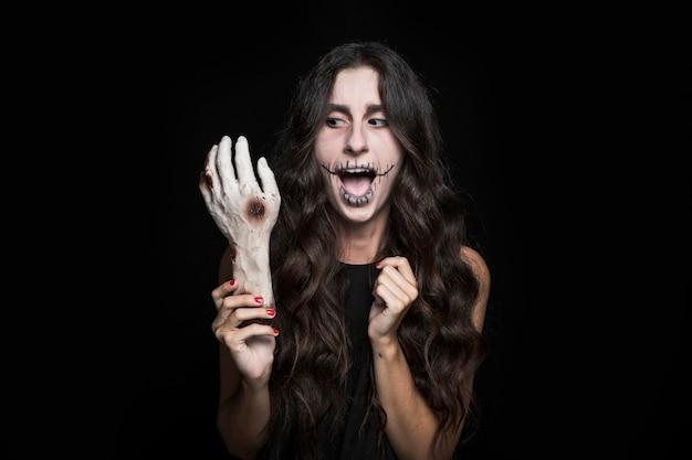 Femme qui pleure tenant la main morte