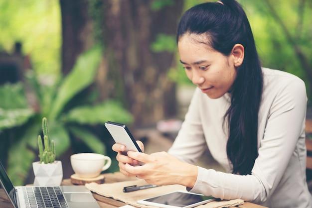 Femme qui a réussi le commerce d'exportation ou les ventes en ligne dans le concept de pme