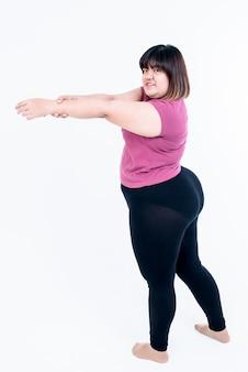 Femme qui s'étend des bras pour détendre les muscles après l'exercice pour perdre du poids