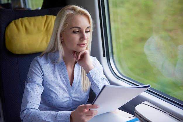 Femme qui travaille dans le train