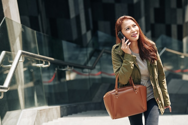 Femme quittant la station de métro