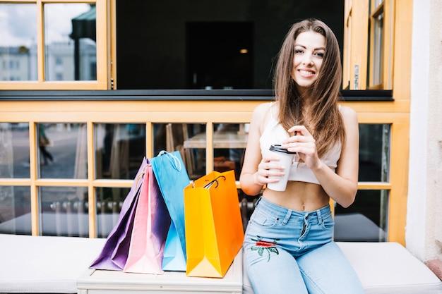 Femme quittée avec des achats et du café