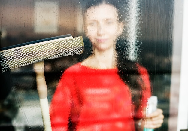 Femme de race blanche faisant des tâches ménagères