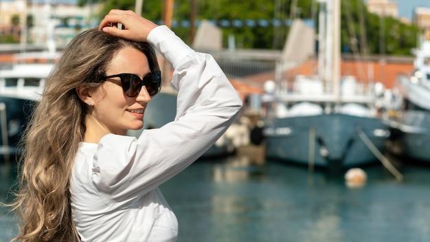 Femme de race blanche à lunettes posant à barcelone, espagne