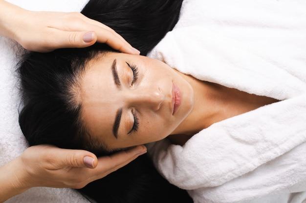 Femme de race blanche massage de la tête spa traitement du visage beauté peau visage féminin fille beauté soins du visage