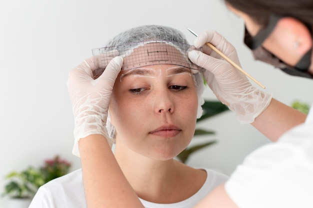 Femme de race blanche passant par une procédure de microblading