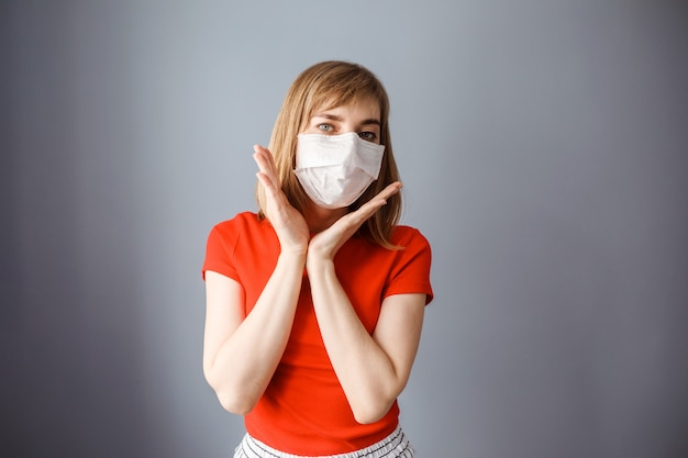 Une femme de race blanche porte un masque pour se protéger contre le coronavirus, covid 19. restez à la maison sur la pandémie du virus corona.